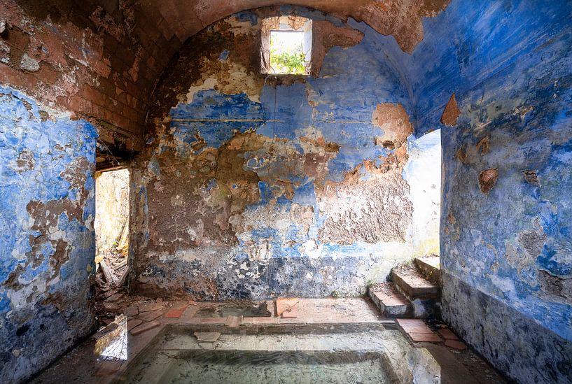 Verlaten Blauwe Spa. van Roman Robroek