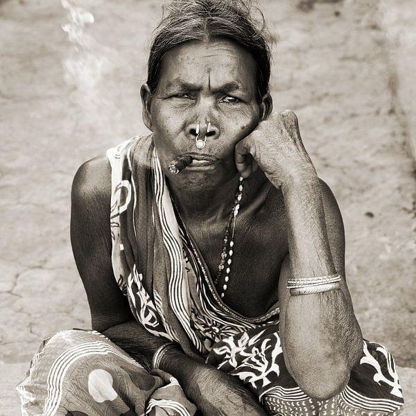 Vrouw met sigaar van Johan Michielsen