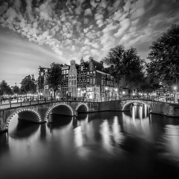AMSTERDAM ' s avonds idylle van de Keizersgracht en de Leidsegracht | zwart-wit van Melanie Viola
