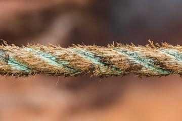 Verweerd bruin blauw touw van een schip in Groenland van Martijn Smeets