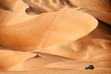 Sahara woestijn. 4x4 auto bij zandduinen van Frans Lemmens