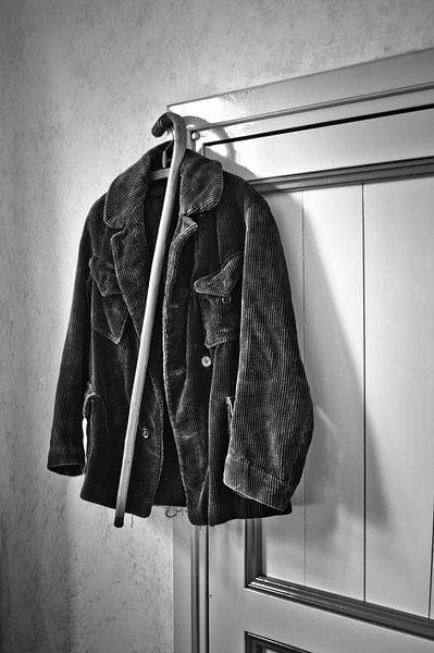 de jas  en de wandelstok van Jo Beerens