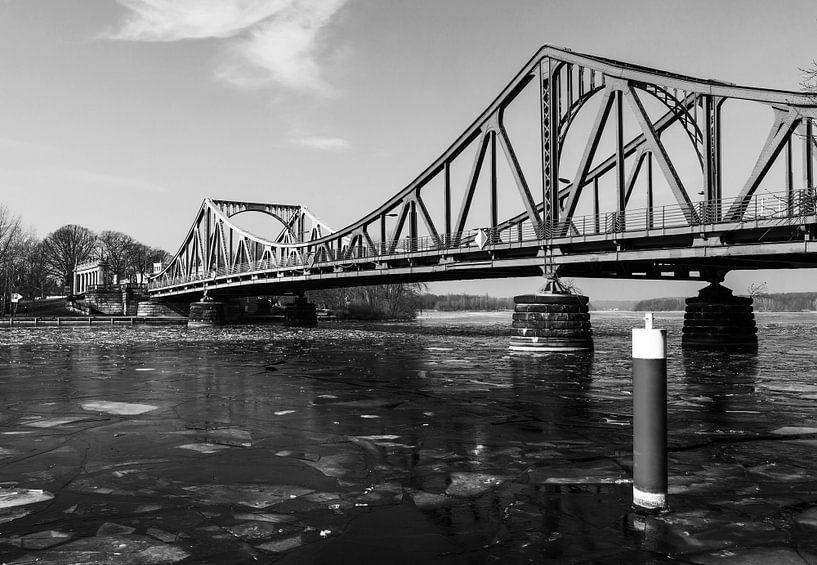Le pont Glienicke en noir et blanc en hiver sur Frank Herrmann