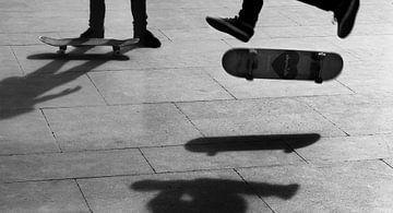 Skater in de lucht van Rik Engelgeer