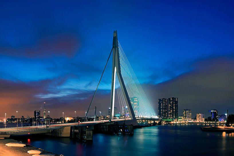 Erasmusbrug in de nacht te Rotterdam van Anton de Zeeuw