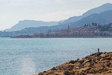 De eenzame visser, Menton Frankrijk. van Justin Travel