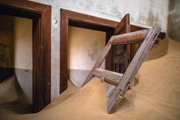 Interieur met losse deur in woestijnzand - Kolmanskop, Namibië sur Martijn Smeets