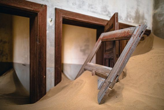 Interieur met losse deur in woestijnzand - Kolmanskop, Namibië