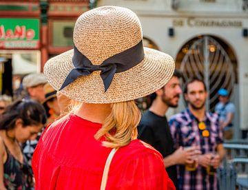 Blonde vrouw met strohoed van Ruud Morijn