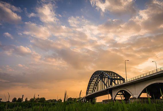 Zonsondergang boven de oude IJsselbrug Zwolle van michel Knikker