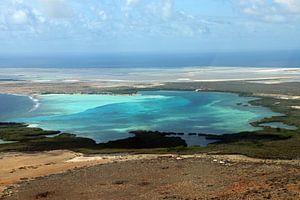 Bonaire van bovenaf, de baai van Sorobon.