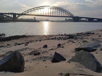 Zonondergang in Nijmegen bij de Waalbrug van Jeroen Schuijffel