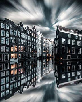 Le canal d'Amsterdam abrite un ciel dramatique de reflets sur vedar cvetanovic