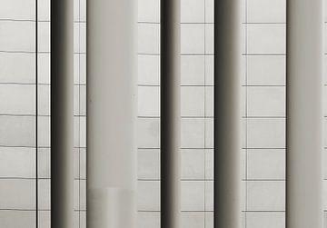 Säulen vor einer Fassade von Heiko Kueverling