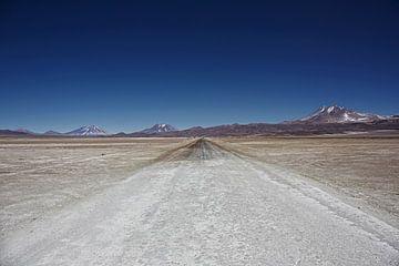Unbefestigte Straße irgendwo zwischen den Grenzen von Chile und Bolivien von Tjeerd Kruse