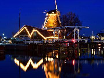 Haven van Harderwijk met molen tijdens het blauwe uurtje van Gerard de Zwaan