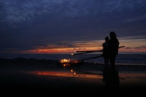 Kampvuur na Zandvoortse zonsondergang van Monique van Middelkoop