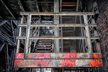 Alte Treppe mit roten Markierungen von Yvonne Smits