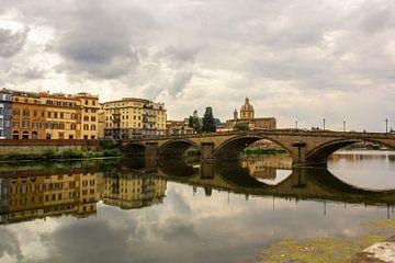 Brug in weerspiegeling, Florence Italie von Tess Groote