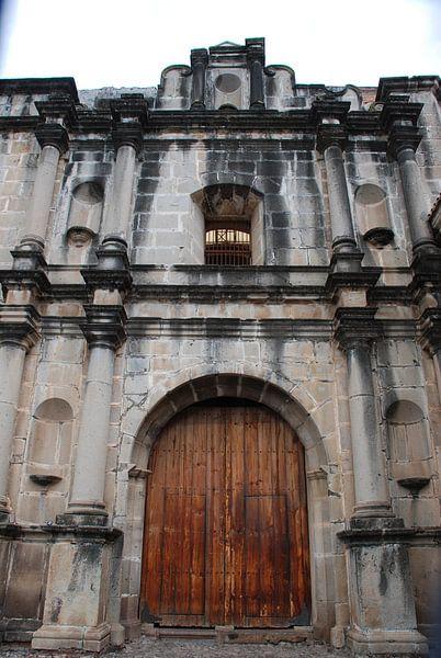 Kerk in Antigua  Guatemala van Carolina Vergoossen