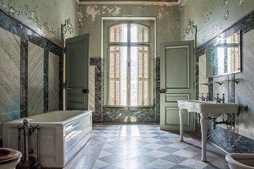 Marmeren badkamer in Frans chateau van Tim Vlielander