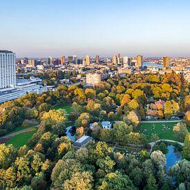 Uitzicht vanuit de Euromast over Rotterdam en Het Park in de herfst van Studio Wanderlove