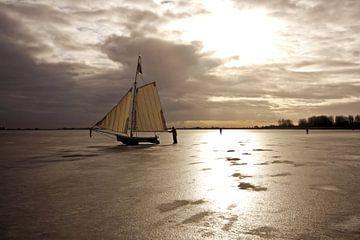 IJszeilen op de Gouwzee bij zonsondergang van Nisangha Masselink