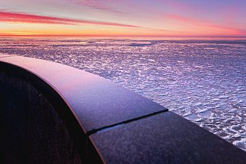 Bevroren meer met ijsschotsen en uitzicht vanaf balkon van Fotografiecor .nl