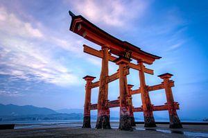 Zonsondergang bij Miyajima (torri) - Japan van Michael Bollen