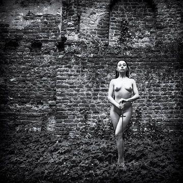 Artistiek naakt met een degen voor oude muur, zwart-wit van Ger Beekes