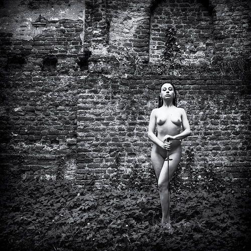 Naakt met een degen voor oude muur, zwart-wit van Ger Beekes