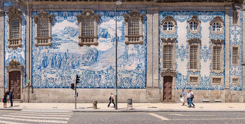 Azulejos,  blauwe tegels aan de Igreja do Carmo, Porto, Douro Litoral, Portugal van Rene van der Meer