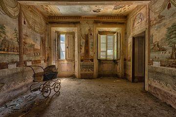 Kinderwagen in een kamer met muur schilderingen van Beyond Time Photography