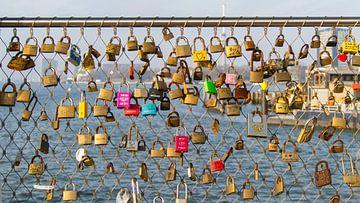 Liefdessloten Rijnhavenbrug van Roel Ovinge