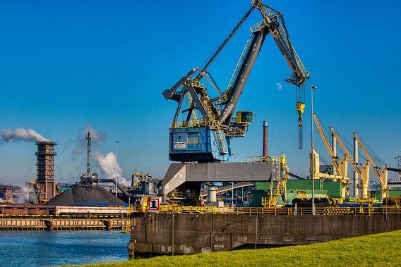 Hoogovens IJmuiden met kranen op de voorgrond. van Brian Morgan