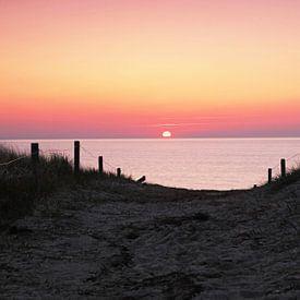 Duinovergang in de zonsondergang van Frank Herrmann