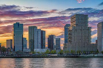 Skyline Rotterdam Sonnenuntergang von Leon Okkenburg