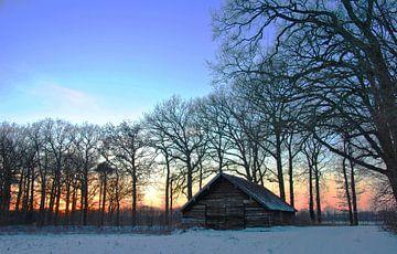 Oude schuur op een winteravond van M de Vos