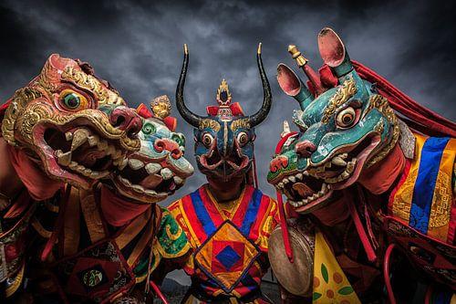 Monniken met draken maskers tijdens dans in Bhutan. Wout Kok One2expose