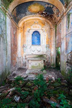 Verlassene Kapelle auf dem Lande. von Roman Robroek
