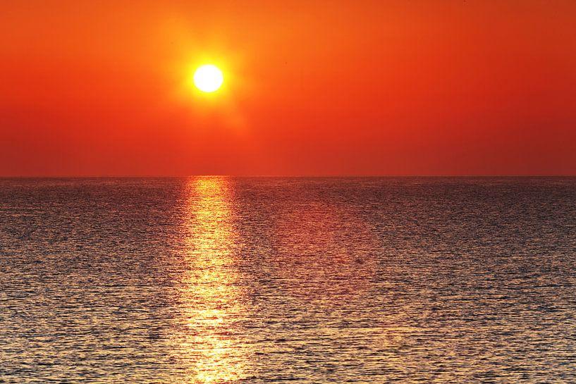 Coucher de soleil atmosphérique au bord de la mer sur Frank Herrmann