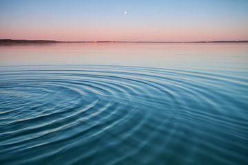 Le lac turquoise à l'aube.De petites vagues symétriques de bleu et de turquoise font surface à l'aub sur Michael Semenov