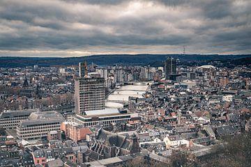 Uitzicht over een bewolkte skyline van de stad Luik vanaf de Citadel van Daan Duvillier