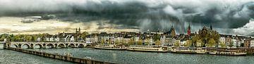 Regenwolken boven Maastricht - Mestreech - bewerkt II sur Teun Ruijters