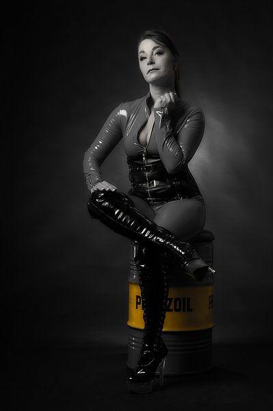 Model in sexy zwarte catsuit van Ad Jekel