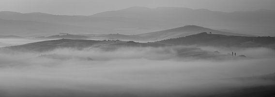 Monochrome Tuscany in 6x17 format, ochtendmist nabij San Quirico D'orcia van Teun Ruijters