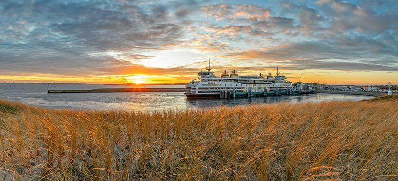 Veerboot en zonsondergang op Texel. van Justin Sinner Pictures ( Fotograaf op Texel)