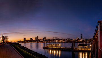 Zicht op de skyline van de haven van Hamburg in het avondlicht van Annette Hanl