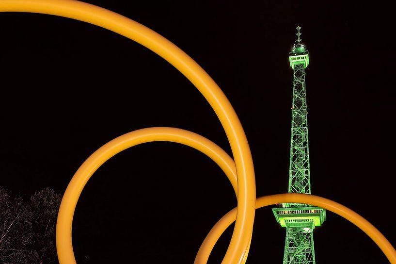 La tour de radio de Berlin sous un éclairage vert sur Frank Herrmann