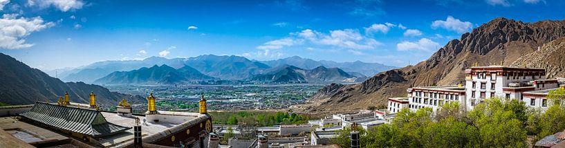 Uitzicht vanaf de Deprung Monastery, Tibet van Rietje Bulthuis
